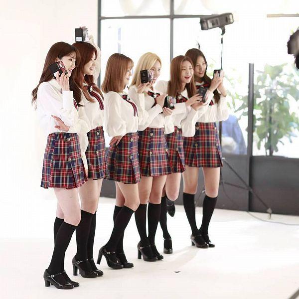 Tags: K-Pop, Laboum, ZN, Jung Soyeon, Kim Yulhee, Yeom Haein, Kim Yujeong, Ahn Solbin, Phone, Light Background, Full Group, Striped Neckwear