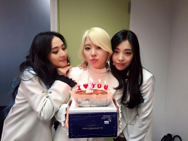 Tags: K-Pop, Ladies Code, Ashley, Zuny, Lee So-jung, Hand On Shoulder, Sweets, Arm Around Shoulder, Trio, Three Girls, Eyes Closed, Cake