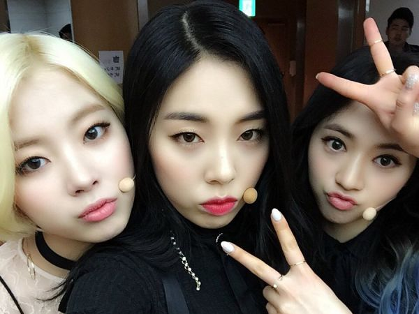 Tags: K-Pop, Ladies Code, Zuny, Lee So-jung, Ashley, Trio, Choker, Blonde Hair, Three Girls, V Gesture, Black Shirt