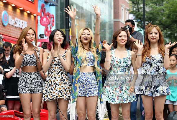 Tags: K-Pop, Ladies Code, Ashley, EunB, Zuny, RiSe, Lee So-jung, Shorts, Blue Shirt, Bare Shoulders, Floral Shirt, White Dress