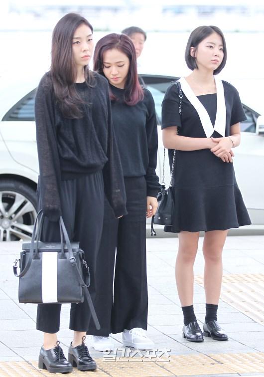 Tags: K-Pop, Ladies Code, Zuny, Lee So-jung, Ashley, Three Girls, Black Pants, White Footwear, Bag, Trio, Full Group, Looking Down