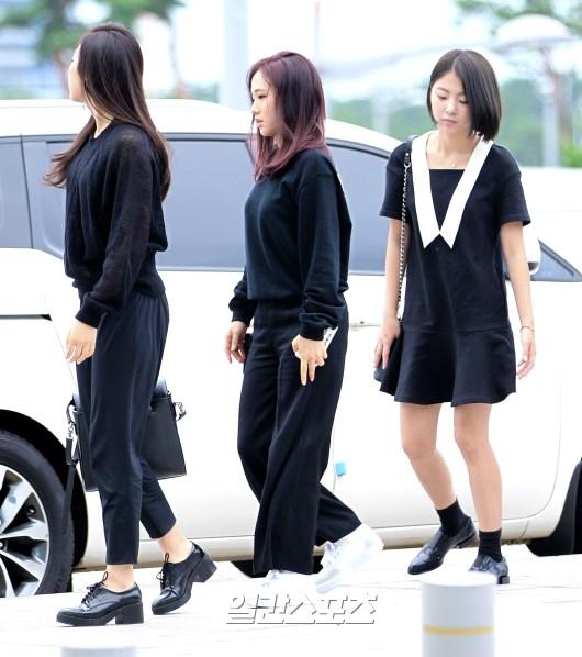 Tags: K-Pop, Ladies Code, Zuny, Lee So-jung, Ashley, Black Pants, Black Footwear, Side View, Black Dress, Walking, Black Outfit, White Footwear