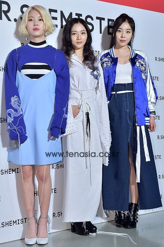 Tags: K-Pop, Ladies Code, Lee So-jung, Ashley, Zuny, White Outfit, Bare Legs, White Background, Blue Dress, Shoes, Striped Shirt, Striped
