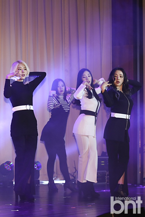 Tags: K-Pop, Ladies Code, Zuny, Lee So-jung, Ashley, Black Jacket, Full Group, White Outerwear, Belt, White Jacket, Trio, High Heeled Boots