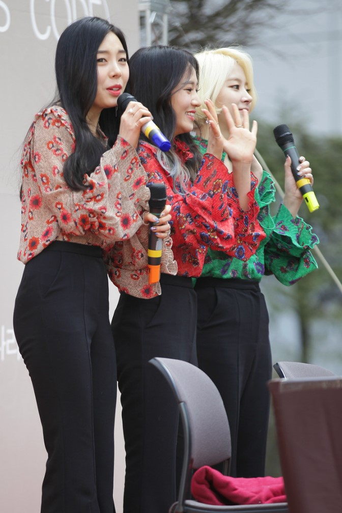 Tags: K-Pop, Ladies Code, Zuny, Lee So-jung, Ashley, Skirt, Looking Ahead, Black Pants, Three Girls, Outdoors, Trio, Green Shirt