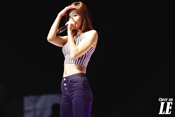 Tags: K-Pop, EXID, Le, Sleeveless, Jeans, Microphone, Bare Shoulders, Live Performance, Wallpaper