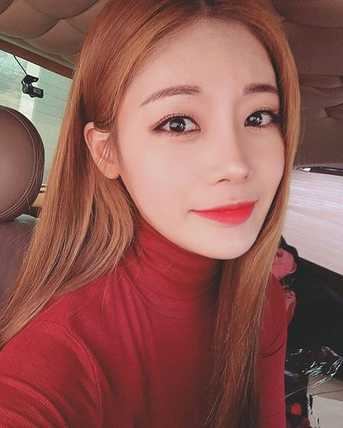 Tags: K-Pop, ICIA, Lee Bo-ra, Turtleneck, Red Hair, Collar (Clothes), In Car, Red Shirt, Car, Selca