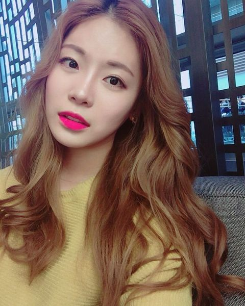 Tags: K-Pop, ICIA, Lee Bo-ra, Couch, Yellow Shirt, Selca