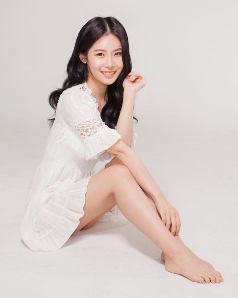 Tags: K-Drama, Lee Bo-ra, Barefoot, Sitting On Ground, White Dress, Gray Background, White Outfit