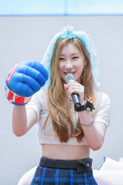 Tags: K-Pop, Itzy, Lee Chaeryeong, Midriff, Skirt, Plaided Print, Holding Object, Veil, Belt, Plaided Skirt, Blue Skirt, Crop Top