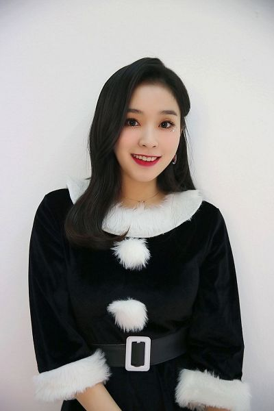 Tags: K-Pop, Dreamcatcher, Lee Gahyeon, Cosplay, Belt, Glitter, Gray Background, Necklace, Christmas Outfit, Black Outfit, Christmas, Black Dress