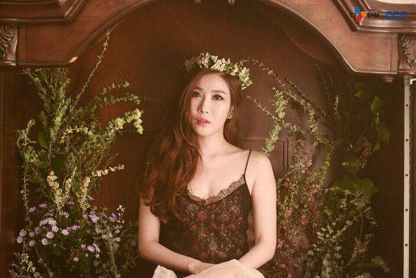 Tags: K-Pop, Davichi, Lee Haeri, Wavy Hair, Brown Background, Crown, Collarbone, Bare Shoulders, Flower, Flower Crown, Hair Ornament