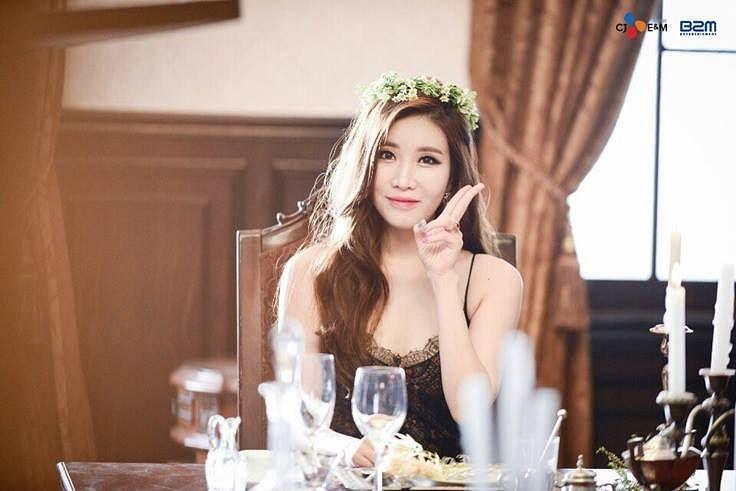 Tags: K-Pop, Davichi, Lee Haeri, Hair Ornament, V Gesture, Bare Shoulders, Crown, Flower Crown, Chair, Flower, Sitting On Chair
