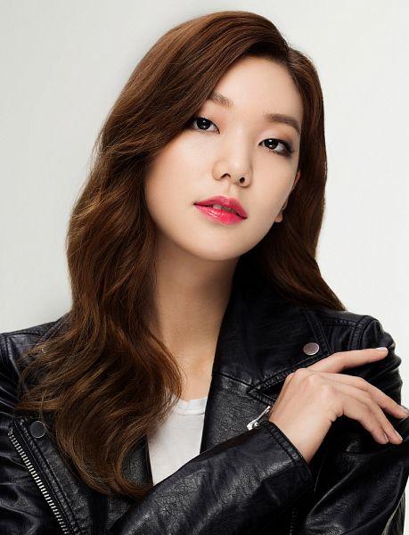 Tags: Fashion, K-Drama, Lee Ho-jung, Leather Jacket, Gray Background, Black Outerwear, Make Up, Black Jacket, Allure, Magazine Scan