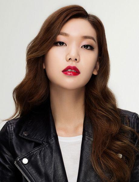 Tags: Fashion, K-Drama, Lee Ho-jung, Black Jacket, Leather Jacket, Gray Background, Black Outerwear, Make Up, Magazine Scan, Allure