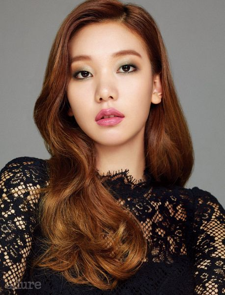 Tags: K-Drama, Fashion, Lee Ho-jung, Black Dress, Red Hair, Gray Background, Black Outfit, Allure, Magazine Scan