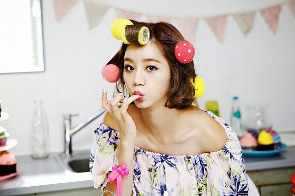 Tags: K-Pop, Girls' Day, Lee Hyeri, White Dress, White Outfit, Suggestive, Sexy Pose, Cute, Light Background, White Background, Wallpaper