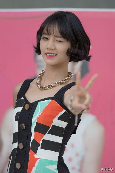 Tags: K-Pop, Girls' Day, Lee Hyeri, Bare Shoulders, V Gesture, Sleeveless Dress, Necklace, Multi-colored Dress, Wink, Sleeveless, Pesca