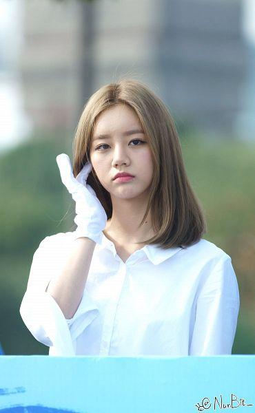 Tags: K-Pop, Girls' Day, Lee Hyeri, Looking Away, Frown, Medium Hair, White Gloves, Outdoors, Hand In Hair, Nunbit