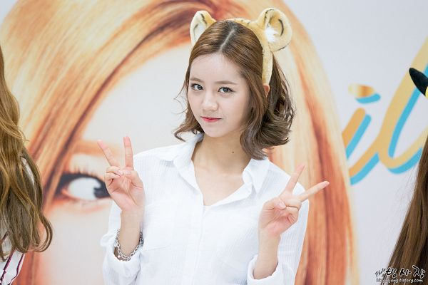 Tags: K-Pop, Girls' Day, Lee Hyeri, V Gesture, Bracelet, Animal Ears, Brown Headwear, Medium Hair, Bingsajang