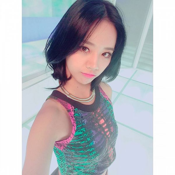 Tags: K-Pop, Girls' Day, Lee Hyeri, Midriff, From Above, Sleeveless, Black Shorts, Multi-colored Shirt, Shorts, Looking Up, Sleeveless Shirt, Necklace