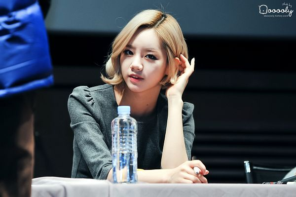 Tags: K-Pop, Girls' Day, Lee Hyeri, Gray Shirt, Bottle, Water, Hand In Hair, Ooooly, Wallpaper