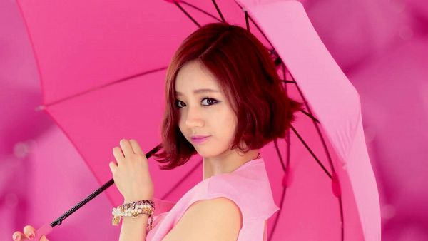 Tags: K-Pop, Girls' Day, Female President, Lee Hyeri, Bracelet, Bare Shoulders, From Above, Pink Shirt, Sleeveless Shirt, Pink Background, Sleeveless, Umbrella