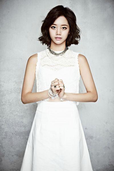 Tags: K-Pop, Girls' Day, Lee Hyeri, Gray Background, Necklace, Bracelet, Ring, Skirt, Bare Shoulders, Medium Hair, White Skirt, Sleeveless
