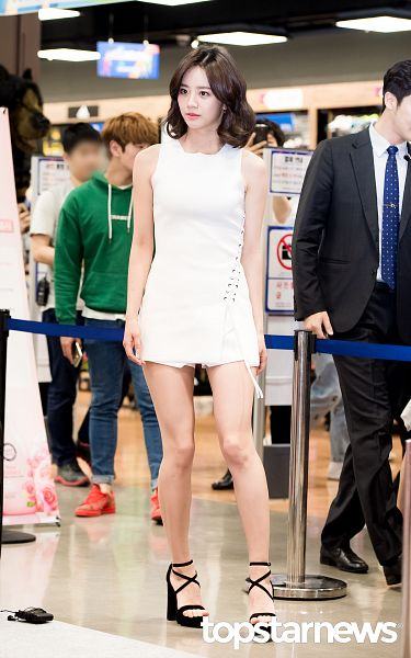 Tags: K-Pop, Girls' Day, Lee Hyeri, Sleeveless, Airport, White Outfit, Shoes, Bare Legs, White Dress, High Heels, Sleeveless Dress, Looking Away