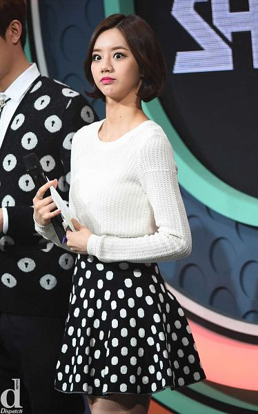 Tags: K-Pop, Girls' Day, Lee Hyeri, Looking Away, Pantyhose, Skirt, Spotted Skirt, Black Skirt, Spotted, Sweater, Ring, Black Legwear
