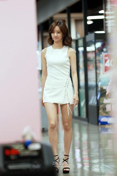 Tags: K-Pop, Girls' Day, Lee Hyeri, Shoes, Bare Legs, White Dress, High Heels, Sleeveless Dress, Looking Away, Black Footwear, Medium Hair, Sleeveless
