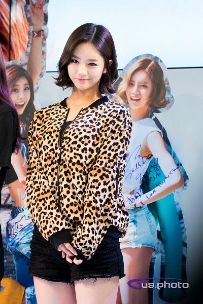 Tags: K-Pop, Girls' Day, Lee Hyeri, Sleeveless Shirt, Denim Shorts, Medium Hair, Brown Outerwear, Bare Shoulders, Sleeveless, Leopard Print, Bare Legs, Animal Print