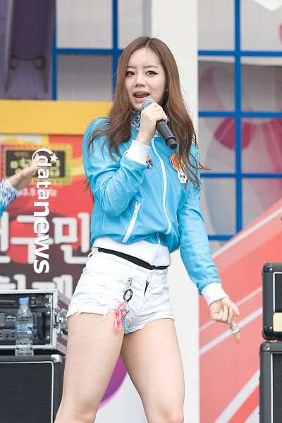 Tags: K-Pop, Girls' Day, Lee Hyeri, Bare Legs, Pointing, Outdoors, Singing, Ring, Blue Outerwear, White Shorts, Looking Away, Blue Jacket