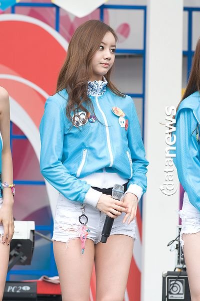 Tags: K-Pop, Girls' Day, Lee Hyeri, Shorts, Blue Outerwear, Blue Jacket, Matching Outfit, Bare Legs, Looking Away, White Shorts, Datanews