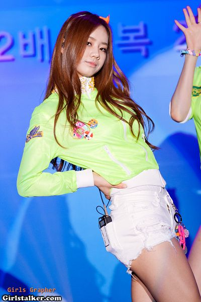 Tags: K-Pop, Girls' Day, Lee Hyeri, Bare Legs, Hand On Hip, Green Outerwear, Blue Background, Matching Outfit, Hairband, Headdress, Idol-grapher