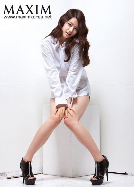 Tags: K-Pop, Girls' Day, Lee Hyeri, Wavy Hair, Bare Legs, Hand On Knee, High Heels, Text: Magazine Name, Light Background, Black Footwear, White Background, Hand On Leg
