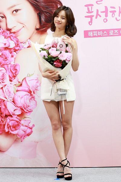 Tags: K-Pop, Girls' Day, Lee Hyeri, White Dress, Bare Legs, Flower, Korean Text, Medium Hair, Sleeveless Dress, Pink Flower, Sleeveless, Black Footwear