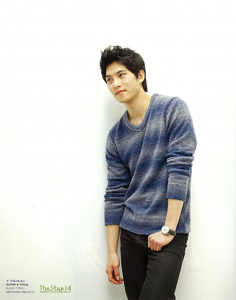 Tags: K-Pop, CNBLUE, Lee Jong-hyun, Looking Away, Gray Shirt, Watch, Black Pants, Light Background, Sweater, White Background