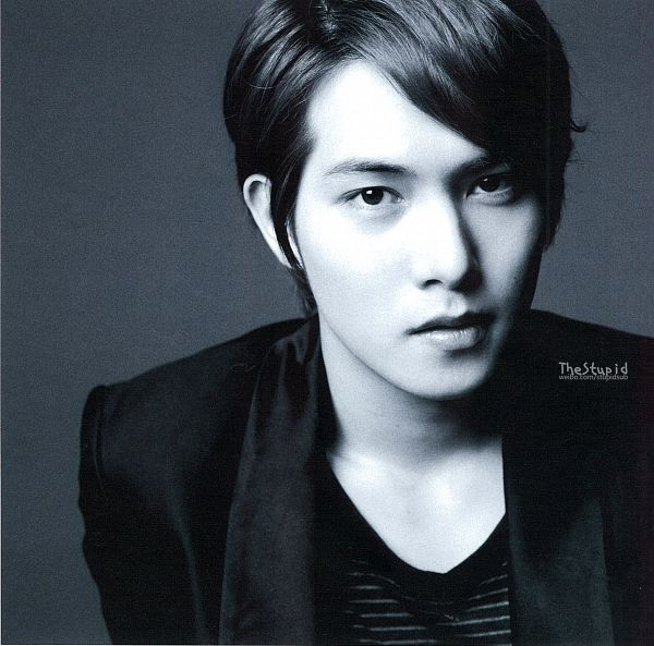 Tags: K-Pop, CNBLUE, Lee Jong-hyun, Black Jacket, Monochrome, Gray Background, Black Eyes