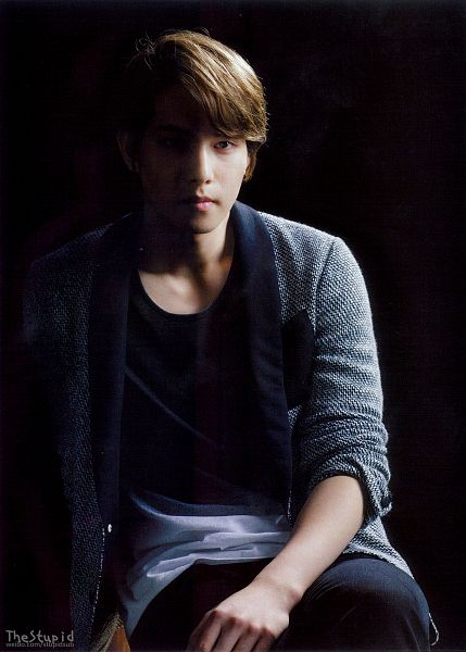 Tags: K-Pop, CNBLUE, Lee Jong-hyun, Dark Background, Gray Outerwear, Black Background, Gray Jacket, Black Pants, Android/iPhone Wallpaper