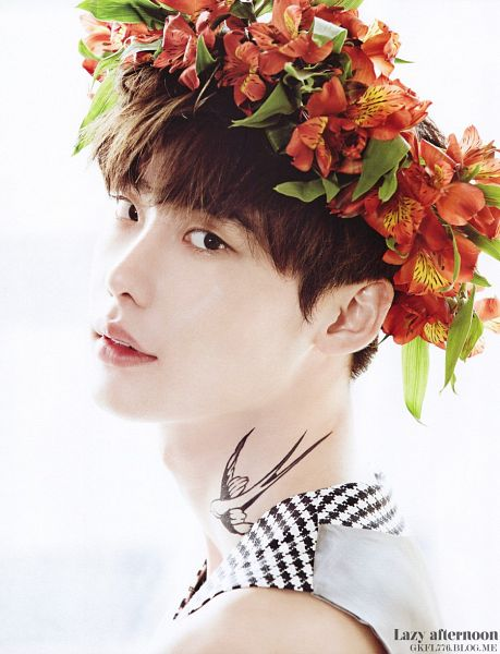 Tags: K-Drama, Lee Jong-suk, Sleeveless Shirt, Crown, Checkered Shirt, Light Background, Flower, White Background, Checkered, Tattoo, Sleeveless, Hair Ornament