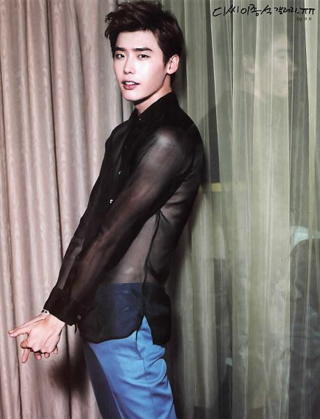 Tags: K-Drama, Lee Jong-suk, See Through Clothes, Black Shirt, Curtain, Jeans, Brown Background, Clasped Hands, Android/iPhone Wallpaper