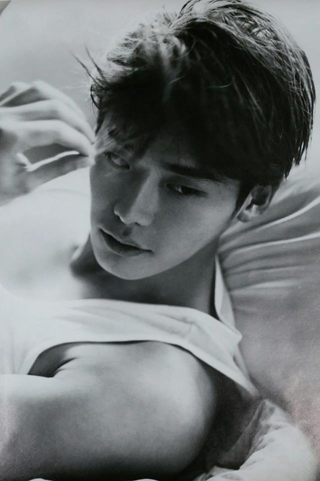 Tags: K-Drama, Lee Jong-suk, Bare Shoulders, Looking Away, Sleeveless, Laying On Back, Gray Background, Sleeveless Shirt, Black Eyes, Laying Down