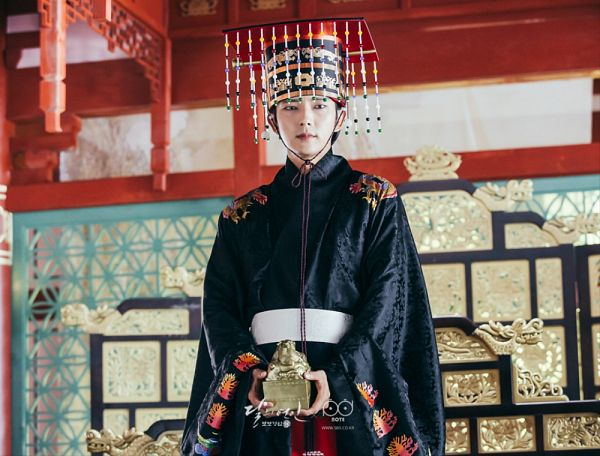 Tags: K-Drama, Lee Jun-ki, Crown, Traditional Clothes, Belt, Korean Clothes, Chair, Throne, Black Outfit, Headdress, Serious, Moon Lovers: Scarlet Heart Ryeo