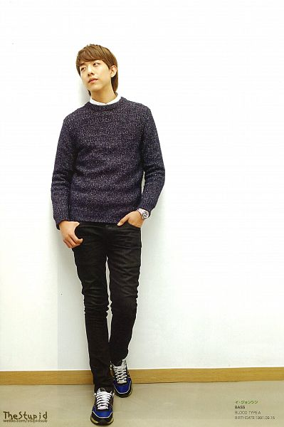 Tags: K-Pop, CNBLUE, Lee Jung-shin, Japanese Text, Black Pants, Wall, Looking Away, Sweater, Light Background, Shoes, White Background, Watch