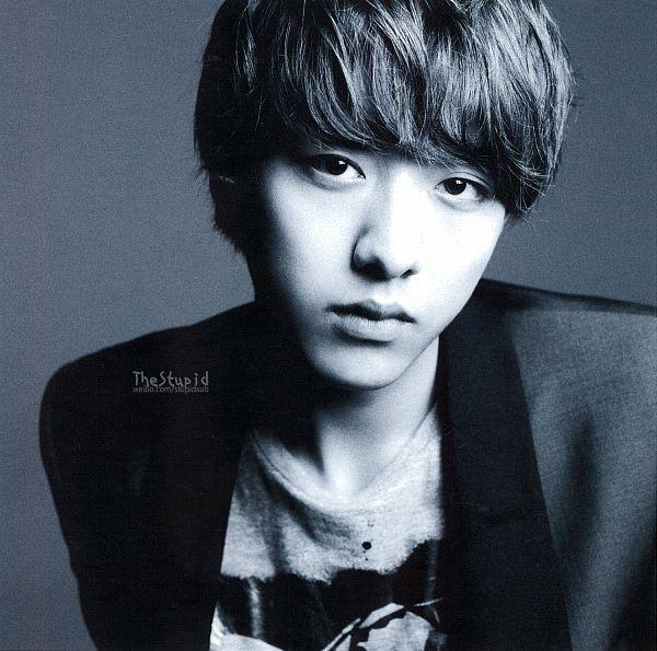 Tags: K-Pop, CNBLUE, Lee Jung-shin, Monochrome, Gray Background, Gray Hair, Black Eyes, Gray Shirt, Black Jacket