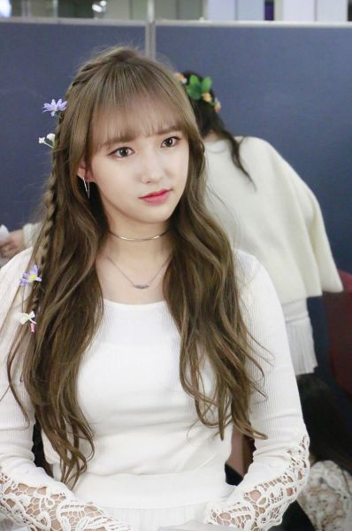 Tags: K-Pop, Cosmic Girls, Lee Luda, Cheng Xiao, Hair Ornament, Necklace, Flower, White Outfit, White Dress, Hair Flower