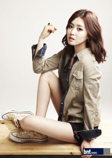 Tags: K-Drama, Lee Seul-bi, Black Shorts, Light Background, Brown Outerwear, White Background, Shorts, Bracelet