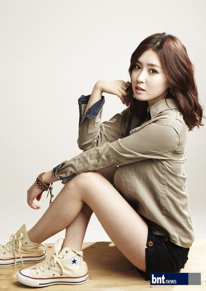 Tags: K-Drama, Lee Seul-bi, Shorts, Bracelet, Black Shorts, Light Background, Brown Outerwear, White Background