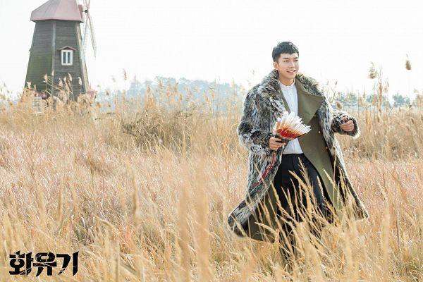 Tags: K-Drama, Lee Seung-gi, Holding Object, Black Pants, Blunt Bangs, Text: Series Name, Korean Text, Fur Coat, Fur, Walking, Coat, Fur Trim